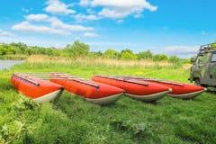 Catamaranes para transportar en balsa en la orilla del río Fotografía de archivo