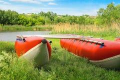 Catamaranes para transportar en balsa en la orilla del río Imagen de archivo libre de regalías
