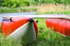 Catamaranes para transportar en balsa en la orilla del río Foto de archivo