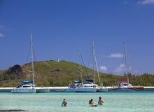 catamaranes sobre la isla de Gabrielle Los turistas nadan en el mar el 24 de abril de 2012 en Mauricio Fotografía de archivo libre de regalías