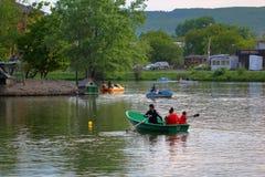 Catamaranes y barcos con la gente en el lago Fotografía de archivo