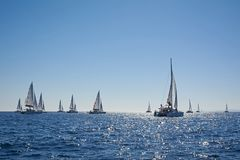 Catamarani in una regata, Grecia di navigazione Immagine Stock