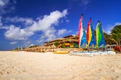 Catamarani variopinti della vela sulla spiaggia Fotografia Stock Libera da Diritti