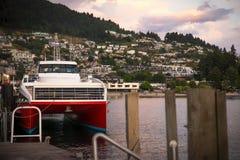 Catamarano al pilastro di Queenstown, Nuova Zelanda immagini stock libere da diritti