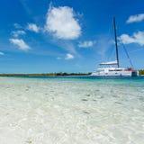 Catamarano alla spiaggia Fotografia Stock Libera da Diritti