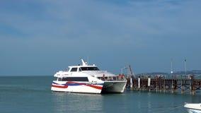 Catamarano bianco del passeggero che arriva al pilastro di legno, Samui, Tailandia - 5 giugno 2017 archivi video