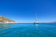 Catamarano di navigazione fotografia stock