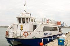 Catamarano di piacere nel porto di Bourgas, Bulgaria Fotografie Stock