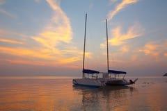 Catamarano in mare vicino alla spiaggia tropicale Immagine Stock