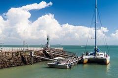Catamarano moderno ancorato da Ile Royale fotografia stock libera da diritti