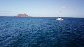 catamarano nella navigazione vicino all'isola dei lobi archivi video