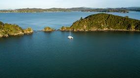 Catamarano solo nella baia di Paihia delle isole fotografia stock