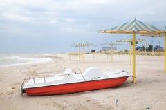 Catamarano solo su una spiaggia abbandonata immagine stock libera da diritti
