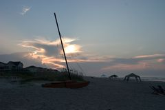 Catamarano sulla spiaggia, alba fotografie stock libere da diritti