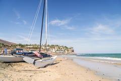 Catamarano sulla spiaggia di Fuerteventura, Morro Jable, penisola di Jandia, Spagna fotografie stock