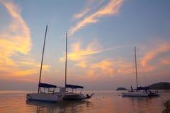 Catamarano sulla spiaggia tropicale Fotografia Stock Libera da Diritti
