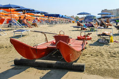 Catamarano sulla spiaggia vicino alla gente di riposo in Viareggio, AIS Immagini Stock