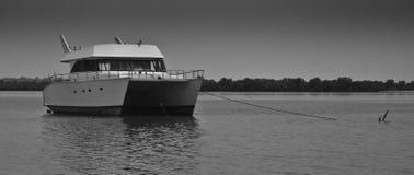 Catamarano-tipo ancorato yacht Fotografie Stock Libere da Diritti
