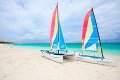 Catamarans bij tropisch strand stock foto