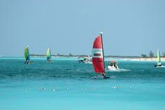 Catamarans die in oceaan dichtbij de kust varen Stock Foto's