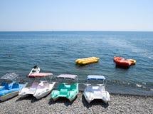 Catamarans i nadmuchiwane łodzie na plaży na doku, Novorossiysky plażowy szeroki promień Zdjęcie Stock