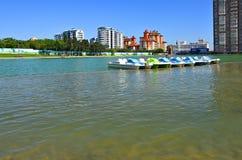 Catamarans na sztucznym jeziorze w parku zdjęcia stock