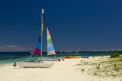 Catamarans på den sandiga stranden, Fiji royaltyfria foton