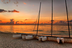 Catamarans sur la plage de Varadero au coucher du soleil photos stock