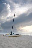 Catamarans sur une plage cubaine au coucher du soleil Images stock