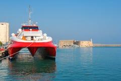 Catamaranveerboot in haven van Heraklion Kreta, Griekenland Royalty-vrije Stock Afbeelding