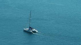 Catamaranzeilboot die op open blauwe/turkooise oceaan varen - 30p 4k