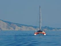 Catamarán de la navegación en el mar jónico Fotografía de archivo