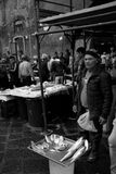 Catane, pêcheur vend des poissons et des mollusques et crustacés à la poissonnerie Photographie stock