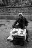 Catane, pêcheur vend des poissons et des mollusques et crustacés à la poissonnerie Image stock
