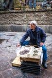 Catane, pêcheur vend des poissons et des mollusques et crustacés à la poissonnerie Image libre de droits