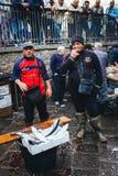 Catane, pêcheur vend des poissons et des mollusques et crustacés à la poissonnerie Photo libre de droits