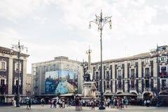 """Catanië, Sicilië, Italië †""""08 augustus, 2018: mensen dichtbij beroemd oriëntatiepunt, monument van de fonteinfontana van de Oli stock foto's"""