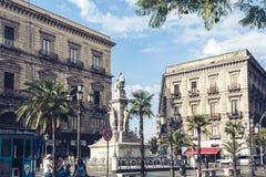 "Catanië, Sicilië, Italië †""08 augustus, 2018: mensen dichtbij beroemd oriëntatiepunt, monument Vincenzo Bellini op historische  stock foto's"