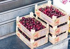 """Catanië, Sicilië †""""10 augustus, 2018: Rijpe rode kersen in houten dozen in de fruitmarkt stock foto"""