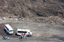 """Catanië, Sicilië, Italië †""""10 augustus, 2018: bussen met toeristen op Onderstel Etna, actieve vulkaan royalty-vrije stock afbeeldingen"""