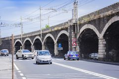"Catanië, Sicilië, Italië †""04 augustus, 2018: straatmening: de auto's gaan op de weg dichtbij de brug stock foto"