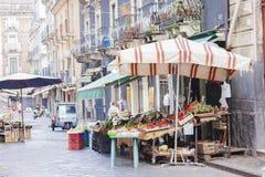 """Catanië, Sicilië, Italië †""""04 augustus, 2018: straatmening - fruitmarkt in het eind van de dag royalty-vrije stock foto"""