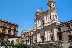 Catania kyrktar Santo Francesco och statyn av Cardinale Dusme Arkivfoton