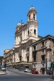 Catania kyrktar Santo Francesco och statyn av Cardinale Dusme Fotografering för Bildbyråer