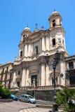 Catania kyrktar Santo Francesco och statyn av Cardinale Dusme Arkivbild