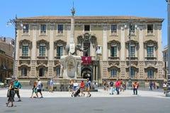 CATANIA, SICILIA - 19 DE JUNIO DE 2019: turistas en el cuadrado de Piazza del Duomo con el obelisco de la fuente del elefante y e fotografía de archivo libre de regalías