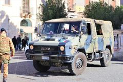Catania - Sicilia Italia 31 DE ENERO DE 2019 Veh?culo militar y soldado fotos de archivo libres de regalías