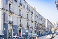 """Catania Sicilien †""""august 14, 2018: historisk gata av staden, traditionell arkitektur arkivbild"""
