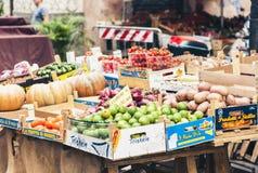 """Catania Sicilien †""""august 08, 2018: Olika färgrika nya grönsaker i fruktmarknaden arkivfoton"""
