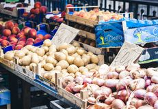 """Catania Sicilien †""""august 13, 2018: Olika färgrika nya grönsaker i fruktmarknaden, Catania, Sicilien, Italien royaltyfri foto"""